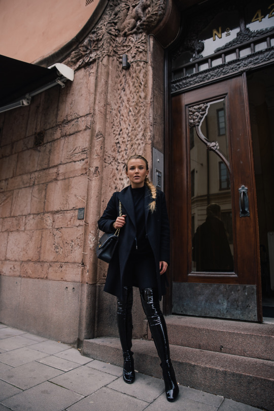 Molly Rustas has created a style which channels both sexy and sophisticated vibes here, combining patent over the knee boots with a black coat and gold detailed handbag. Coat/Trousers: Zara, Boots: Nelly.
