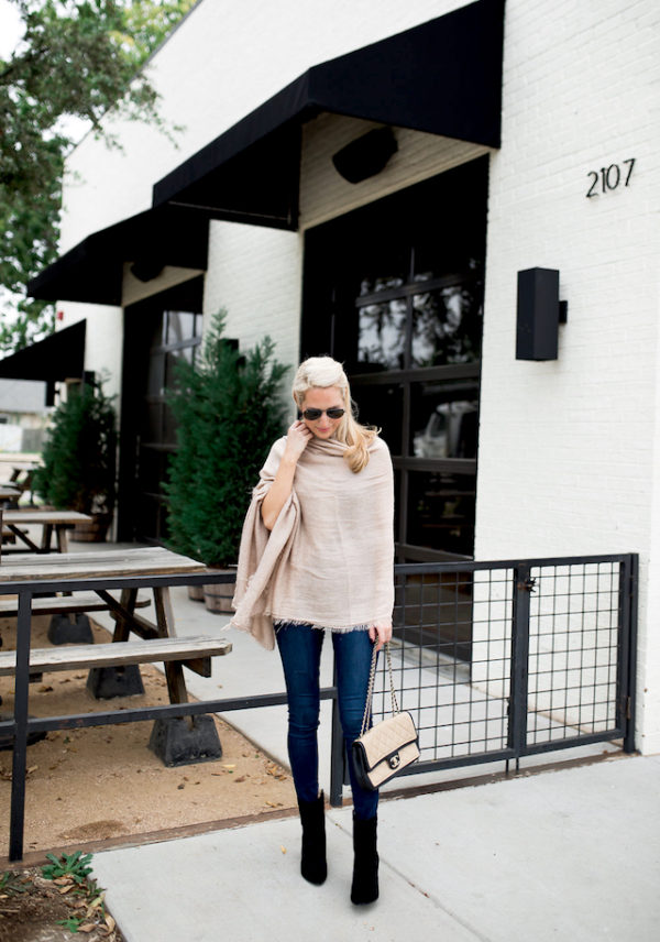 Krystal Schlegel has created an authentically autumnal style here by wearing a linen scarf as a wrap around top piece, paired with classic jeans and ankle boots. Scarf/Shoes: Nordstrom,