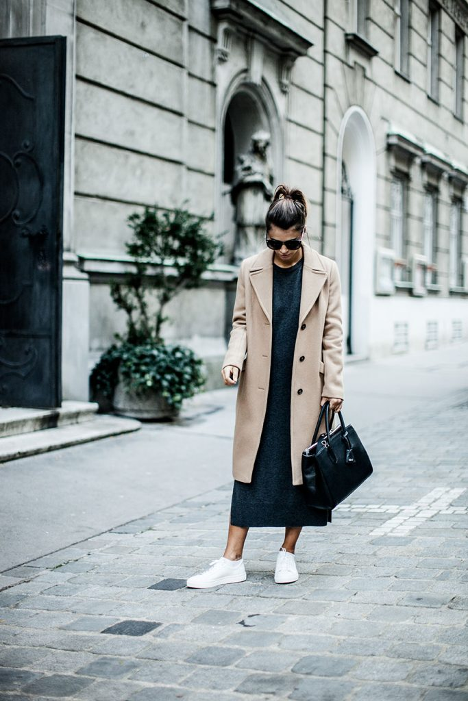 A camel coat will always look fantastic paired with a sweater dress and a pair of sneakers. As demonstrated by Nina, this combination of comfortable and classy attire makes for the ultimate fall style! Coat/Dress: Marc o Polo, Shoes: Selected Femme, Bag: Abro.