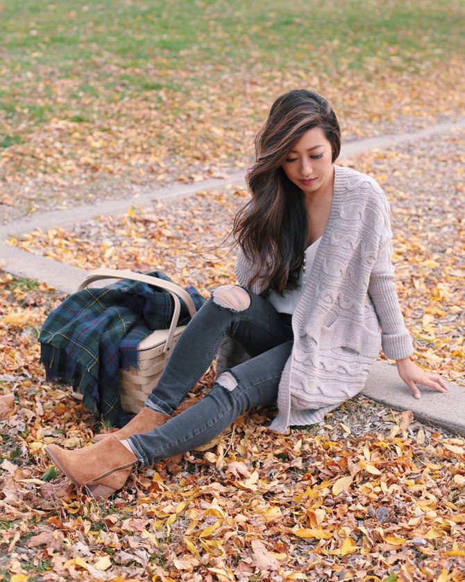 Nothing says autumn style like chunky knitwear! Jean Wang pairs this gorgeous beige cardigan with distressed denim jeans and suede booties to create a classic fall look which we adore! Cardigan: Express, Boots: Sole Society, Jeans: Topshop.