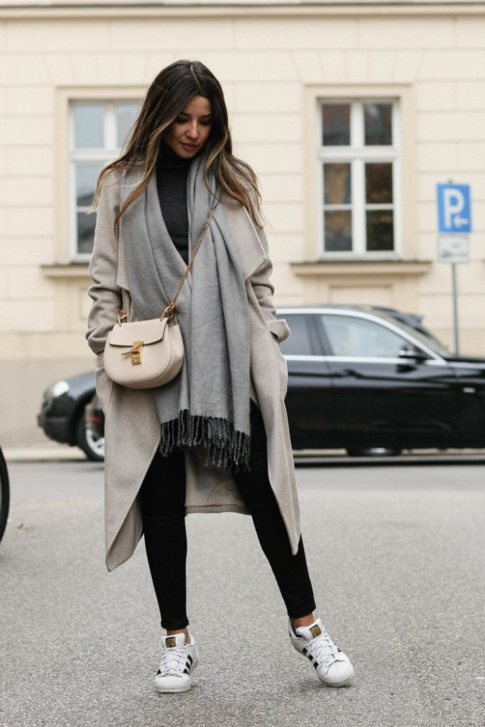 Consuelo Paloma is rocking a classic autumn chic style here, in a beige maxi coat and adidas sneakers. Pair this look with an oversized scarf to get that cosy fall feel!   Coat/Jeans: Dorothy Perkins, Top: Vero Moda, Scarf: H&M, Sneakers: Adidas.