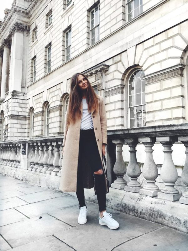 Maxi coats are absolutely in this season! Filippa Hagg wears this beautiful beige number over distressed denim jeans and a plain white tee, creating a simple yet elegant fall style. Coat/Sneakers: & Other Stories, Jeans: Frame, T-Shirt: Brandy Melville, Bag: Chanel.