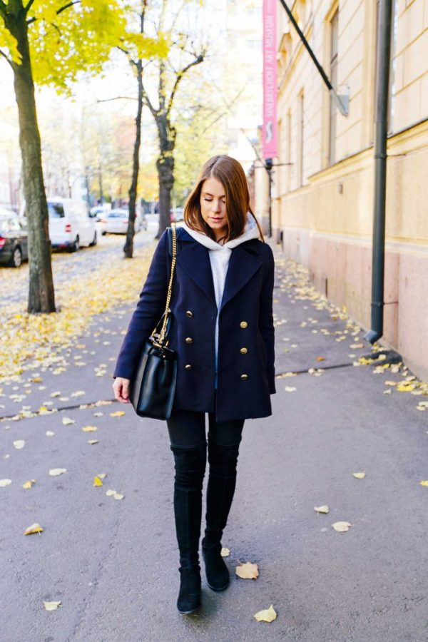 Marianna Mäkelä is rocking the military jacket trend here, pairing this navy piece with thigh high boots and a white hoodie, creating a striking contrast which we love! Coat: Gina Tricot, Hoodie: H&M, Jeans: Zara, Boots: Stuart Weitzman, Bag: Fendi.