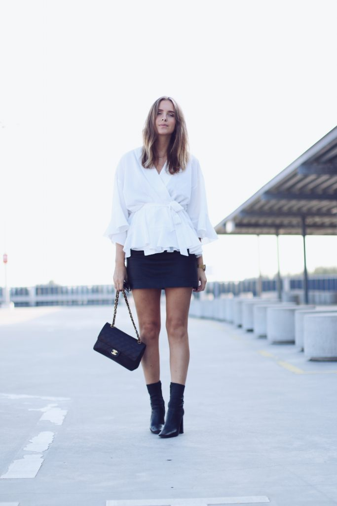 For an elegant fall style, try wearing an oversized tie-front blouse with a leather mini skirt like Roos-Anne van Dorsten. Finished with Chelsea boots, this look is perfect for an achievable everyday style.   Jacket: Designer Remix, Skirt: Gestuz, Heels: Zara.