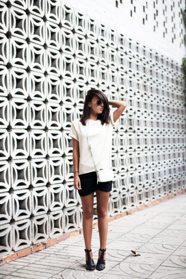 Once again showing us how cool a classic black and white combo can be, Lucita Yañez rocks a black knit mini and a lightweight white sweatshirt with a simple white back. Who knew mini skirt outfits could be so comfortably cute? Mini skirt: BA&SH, Top: Zoe Karssen
