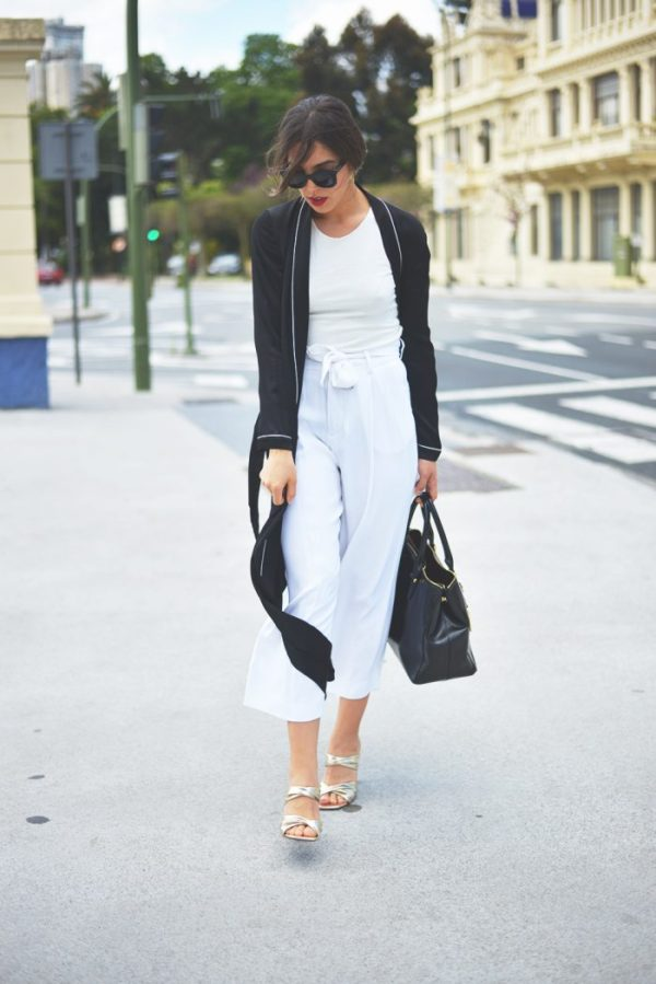 Carla Estévez Marcos takes on the pyjama trend with a flowy satin long shirt. Styled with loose culottes, metallic heels and a crisp white tee, we think this look is perfect for that all important day to night transition Long shirt: Zara, Culottes: Zara, Bag: Ralph Lauren, Heels: Zara