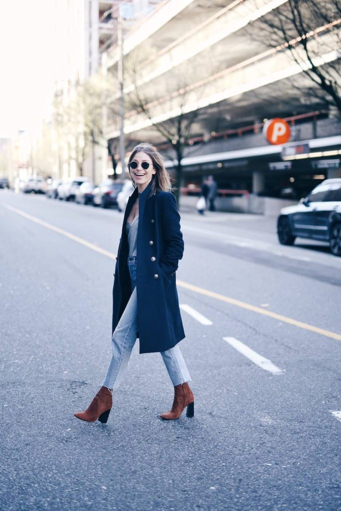 Jill Lansky rocks this military trench coat with a pair of high-wasted jeans and a simple tee. Her block-heeled boots in brown suede complete this casual look, adding a contrast in colour.  Military trench: Chloe, T-shirt, Madewell, Boots: Zara, Jeans: Aritzia