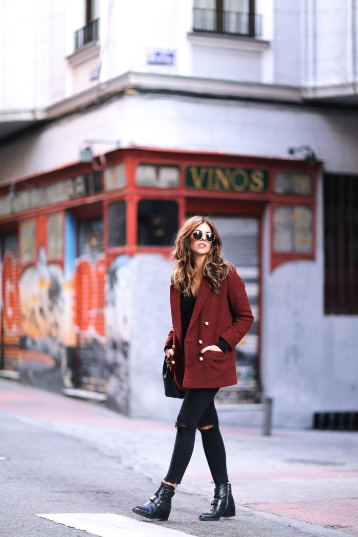 We love this more causal take on the military jacket. Natalia Cabezas breaks from the usual navy in favour of a red jacket. Worn over ripped black denims, a sweater, and black ankle boots, this jacket is uber-stylish. Jacket: Ewigem, Sweater and jeans: Zara, Boots: Mango, Bag: Michael Kors, Sunglasses: Ray Ban