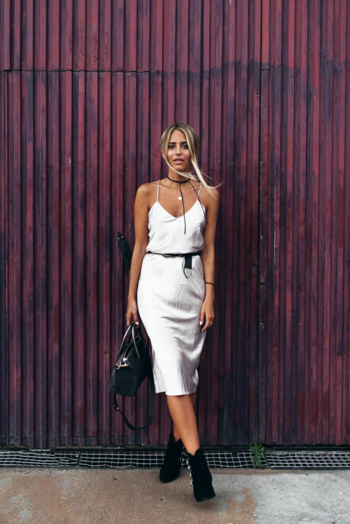 This white slip dress with ankle boots is a perfect Autumn combination. Janni Delér also knows how to pair it with some elegant jewellery pieces.  Choker: Na-kd, Dress: Verge Girl, Belt: Nelly, Bag: Beowulf, Shoes: Misguided