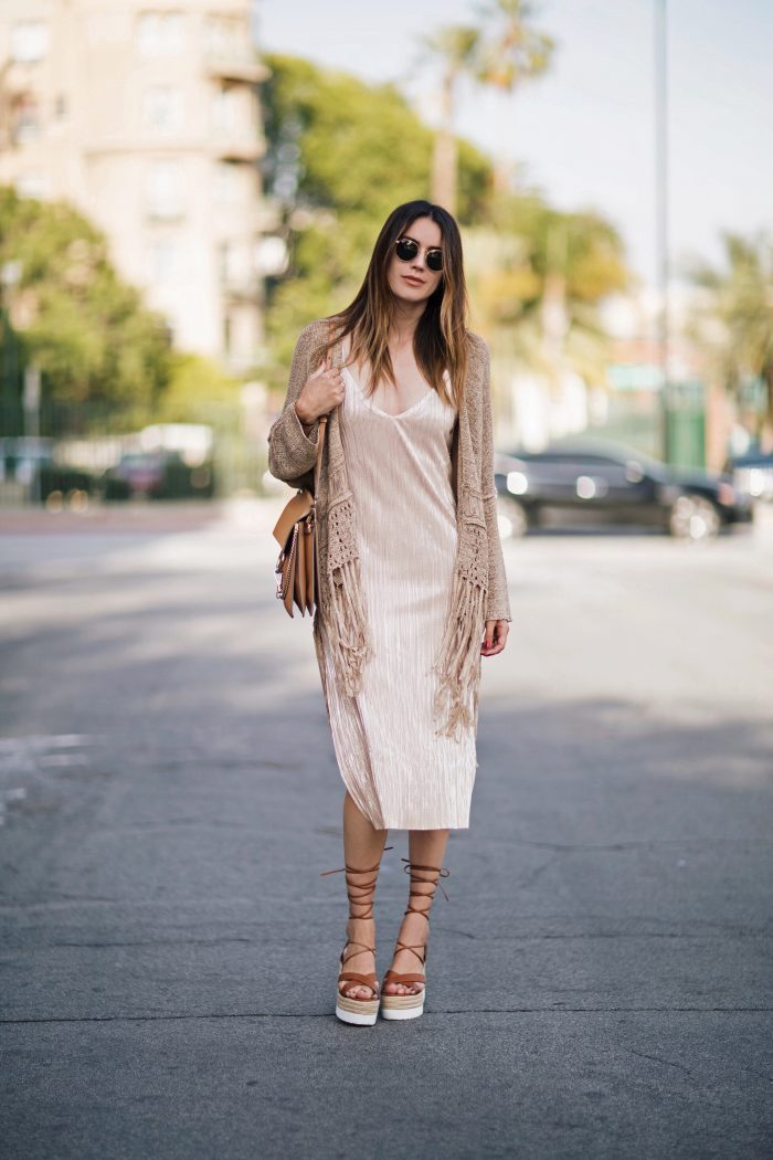 We absolutely love the colours of this outfit styled by Brittany Xavier; ideal for an evening stroll along the beach. Dress: ZARA, Sweater: ZARA, Sandals: FOREVER 21, Bag: CHLOÉ, Sunglasses: RAY-BAN