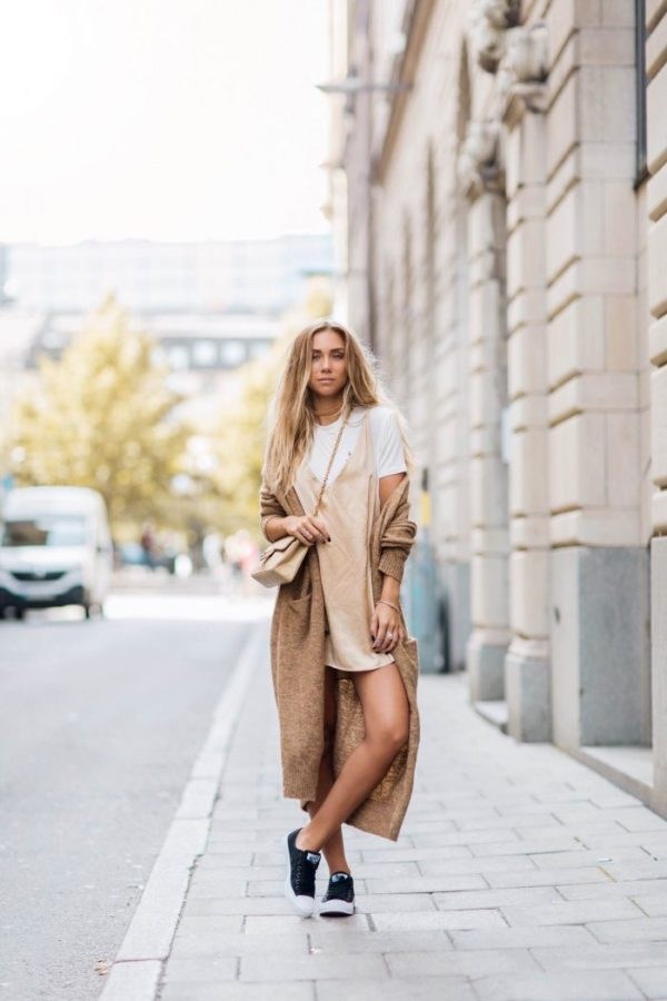 Lisa Olsson is a goddess in this chic bronze and nude ensemble, highlighted by plenty of gold jewellery and a tan velvet choker. The oversized volume of her sweater is balanced by showing off her legs in a little slip dress. Shoes: Converse, Dress: Sisters The Label, Bag: Chanel, T-shirt and Choker: ASOS, Cardigan: Lindex.