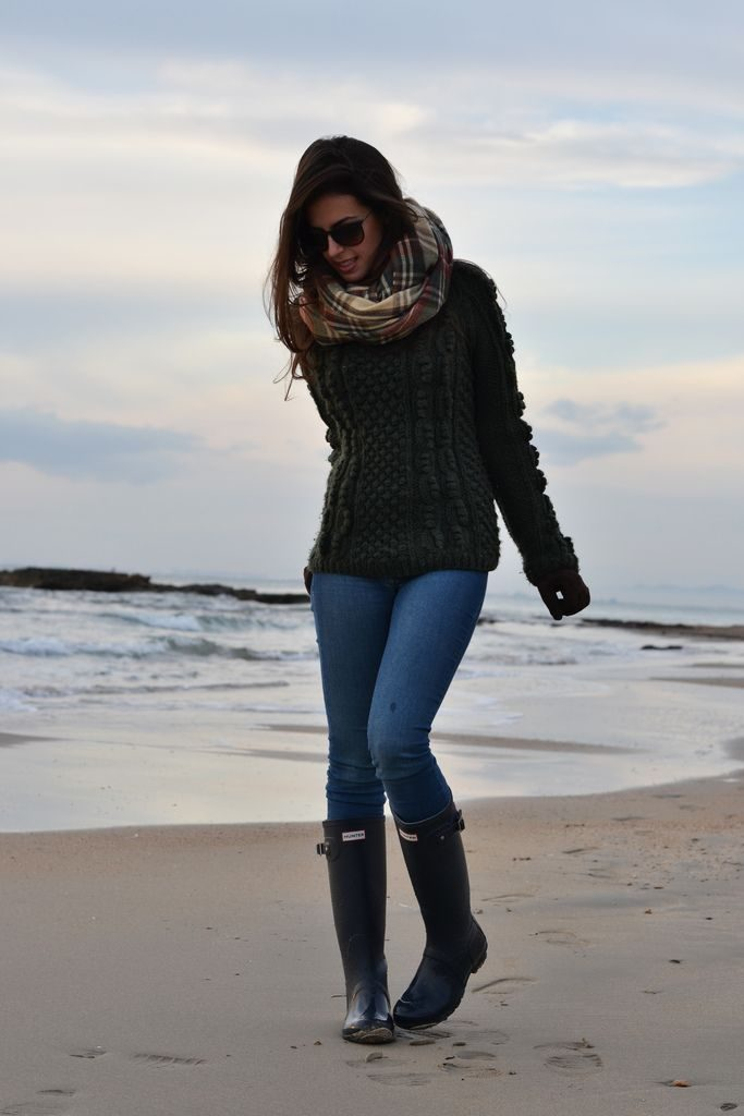 Silvia Navarro shows us that with Hunter Boots, beach days don't have to be just for the summer. She adds texture and pattern to her look with a plaid scarf and chunky knitwear.