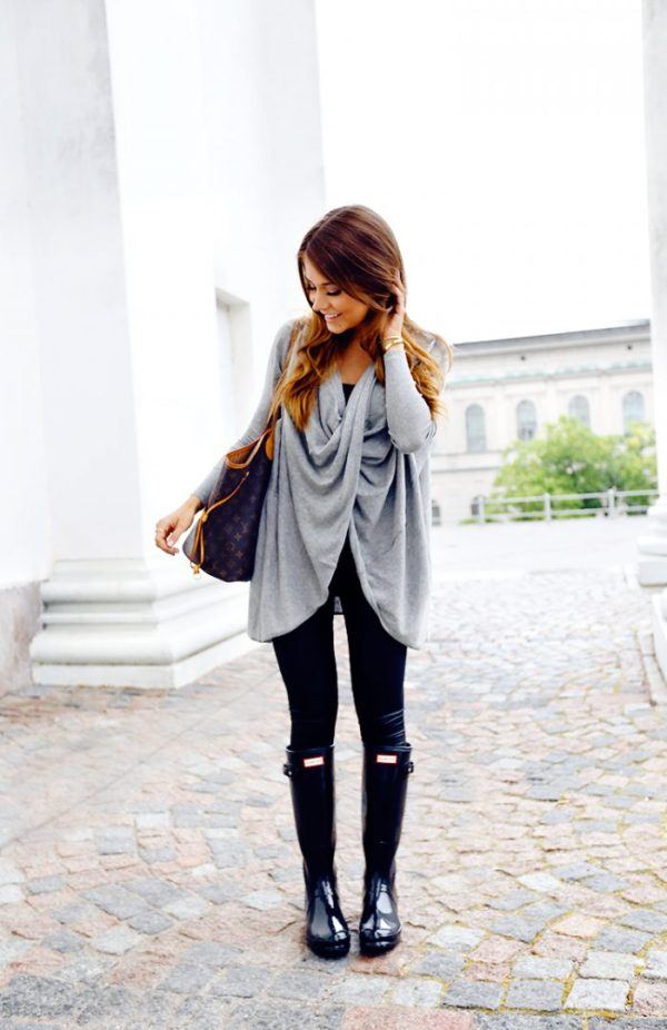 Marianna Mäkelä with a perfect example of layering done right. The flowy wraparound cardigan balances the streamlined skinny jeans and Hunter Boots combination.