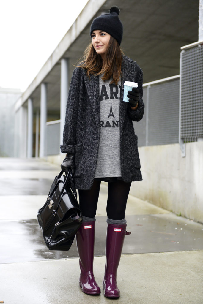 Perfect for off duty errand days, we love Alexandra Pereira's loose boyfriend cut herringbone coat paired with these pretty cherry coloured Hunter Boots.  Coat: Mango, Boots: Hunter, Tee: Coosy, Bag: 3.1 Phillip Lim, Socks: Calzedonia, Beanie: H&M