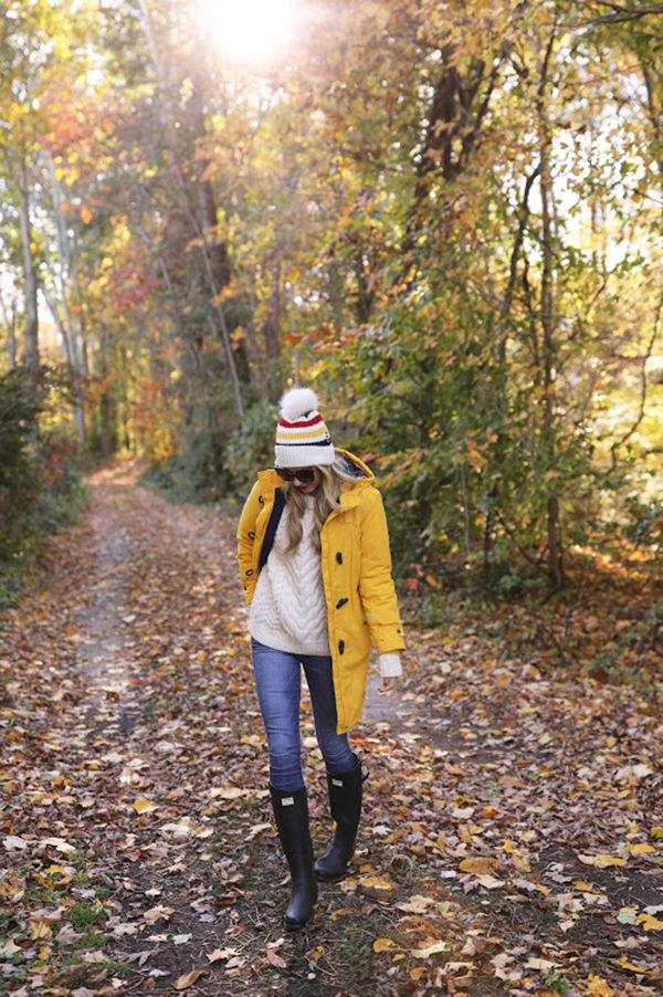 Blair Eadie is absolutely owning perhaps the most classic fall outfit; a yellow mack and hunter boots! Try this style with jeans and knitwear to get that quintessential autumn feeling! Jeans: Current Elliott, Coat: Land's End, Boots: Hunter.