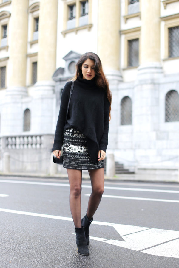 Anoushka Probyn has created a super cute look by combining a knitted sweater with a statement mini skirt, and we love it! Try an outfit similar to this with Chelsea boots to copy this gorgeous fall style. Jumper: Boden, Skirt: Second hand, Boots: Kurt Geiger, Bag: Topshop.