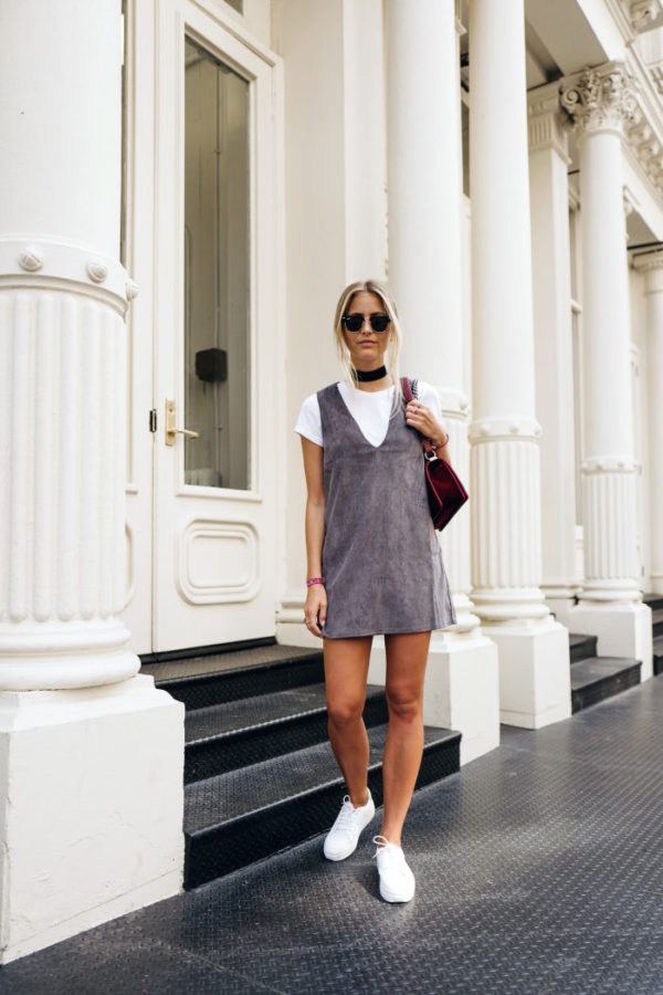 The thick width of this black choker is perfectly balanced by a streamlined hairstyle and sunglasses. Embracing the t-shirt under dress trend, Janni Delér is sporty chic. Sunglasses: RayBan, Choker: Na-Kd, Shirt: Bik Bok, Dress: Nelly, Bag: Chanel, Shoes: Senso