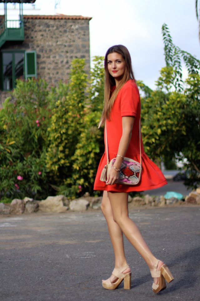 Red dresses are the ultimate fashion statement. Marianela Hernández is looking extremely glamorous in this piece from Shein, worn stylishly with a pair of chunky platforms and a printed bag. Dress: Shein, Sandals: It Shoes, Bag: Imperio Clandestino.