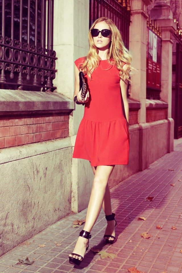 A cute red dress with pleating detail like this one is ideal for your everyday spring/summer look. Chiara Ferragni styles the look with black sandals and sunnies! Dress: Mango.
