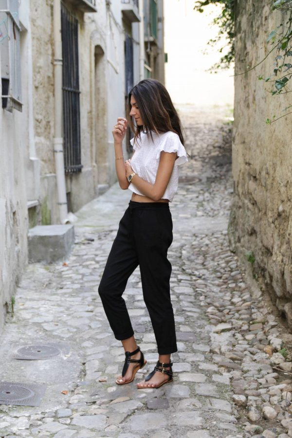 Federica L. is wearing a strikingly contrasting black and white outfit, featuring cropped joggers, a white short sleeved tee, and a pair of gorgeous gladiator style sandals. Top/Trousers: Zara, Sandals: Mellow Yellow.