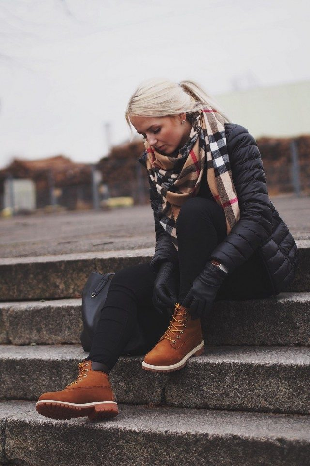 Don't be afraid to branch out from the classic tan coloured Timberlands! Elizaveta Pechuyeva shows just how stylish a darker style can be, wearing these boots with a gorgeous oversized scarf and a puffer jacket. Jacket: Lindex, Jeans: BikBok, Bag: Mango, Watch: Daniel Wellington.
