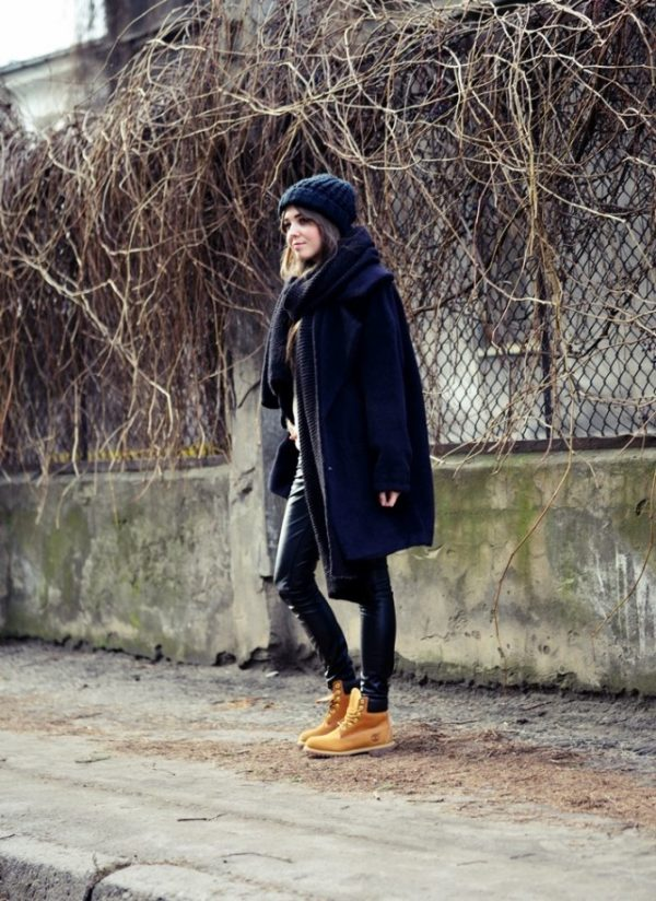 Kasia Szymków rocks this Timberland outfit consisting of leather leggings, a navy overcoat, and matching navy knitwear. This look is both cute and seasonal; perfect for those cold winter days! Coat: Answear, Scarf: Zara, Trousers: DenimBox, Shoes: Timberland.