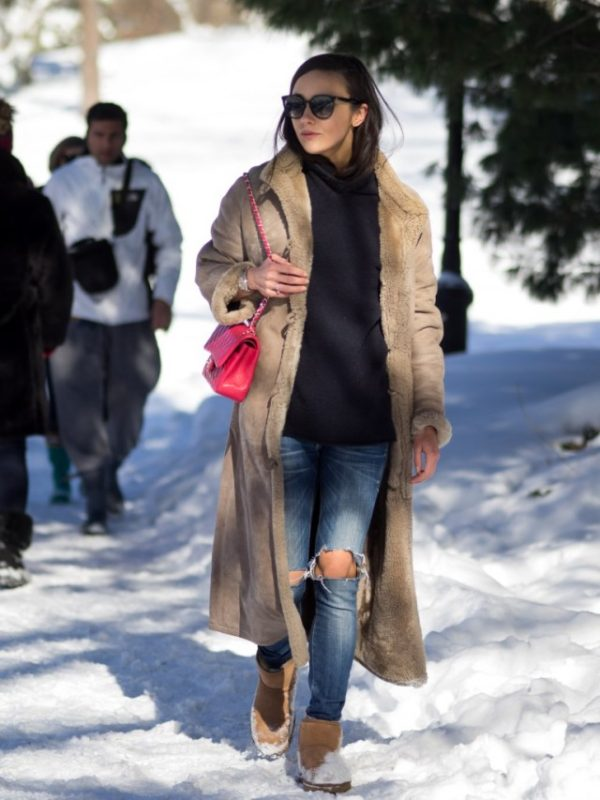 Bo Mulder wears the shearling trend in a glamorous maxi coat, worn over a pair of distressed denim jeans and a simple navy sweater. This look is sure to keep you toasty warm and also affords you a fantastically easy style! Jeans: Scotch & Soda, Coat: Vintage, Sweater: Zara, Boots: Ugg.